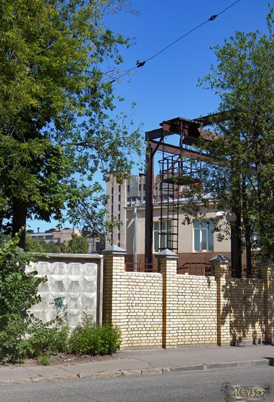 Санкт-Петербург. Остатки былой роскоши: растяжка бывшей грузовой однопутной трамвайной ветки вдоль набережной реки Смоленки