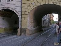 Прага. Трамвайно-автомобильные арки в домах над улицей Крижовницкой (Krizhovnicka)