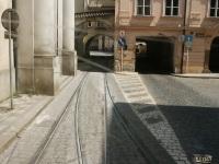 Прага. Трамвайная и автомобильные арки в домах над улицей Йозефской (Jozefska)