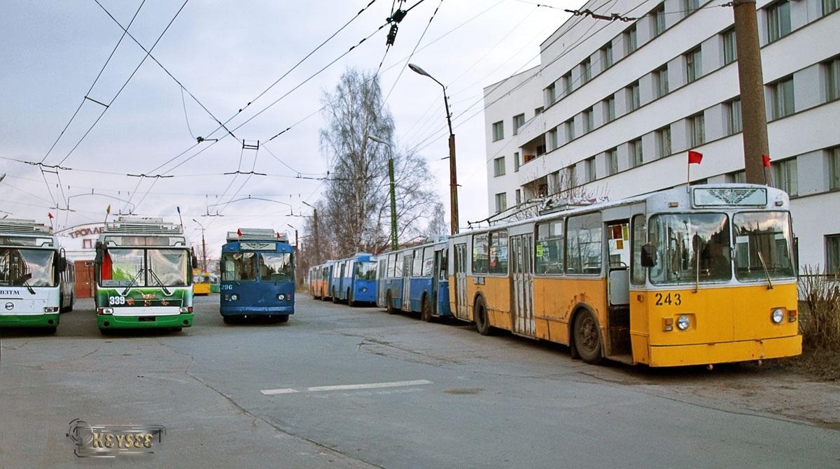 Петрозаводск. ЗиУ-682В00 №243, ЗиУ-682Г00 №296, ВЗТМ-5280 №339
