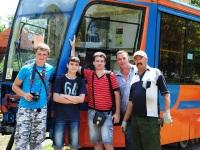 Таганрог. Участники разгрузки и транспортники-любители во время разгрузки новых трамваев 71-623-02 (КТМ-23) на конечной станции Завод Прибой