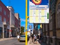 Пула. Аншлаг с расписанием движения и рекламой на остановке Giardini, Истрийская улица (Istarska ul