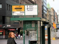 Хельсинки. Обычный и электронный аншлаги на остановке Senaatintori (Сенатская площадь)