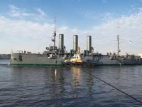 Санкт-Петербург. Крейсер 1-го ранга Балтийского флота «Аврора» буксируется в Кронштадтский док