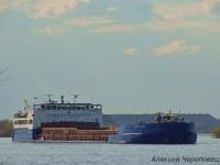 Череповец. Сухогрузное судно-площадка класса река-море Персей (изначально - Славутич-19) разворачивается на выходе из промпорта