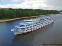 Череповец. Четырёхпалубный речной теплоход Нижний Новгород мощностью 2208 кВт (3000 л