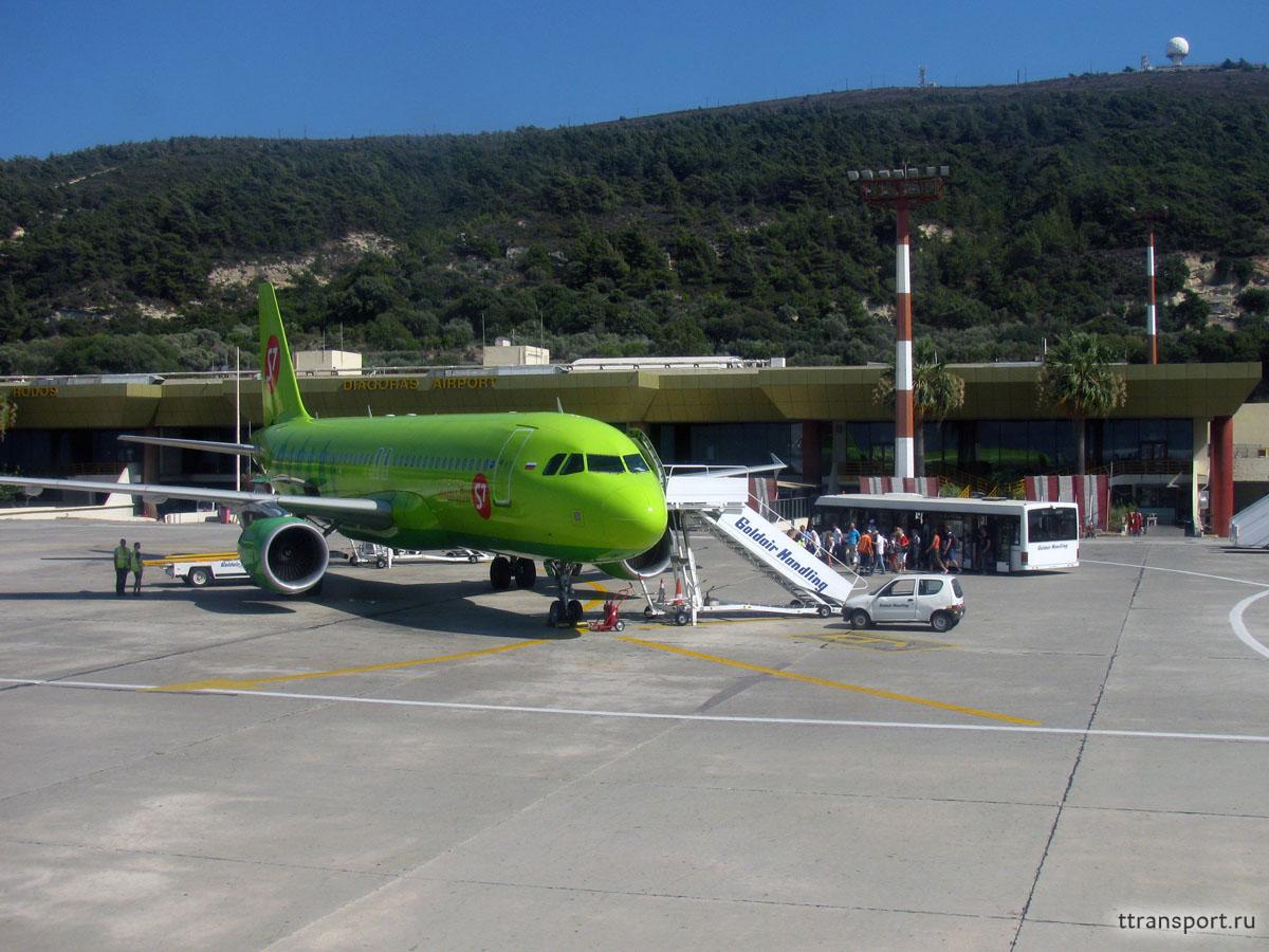 Родос. Посадка пассажиров в самолет Airbus A320 (VP-BCZ) компании S7 Airlines