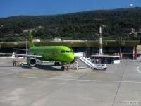 Посадка пассажиров в самолет Airbus A320 (VP-BCZ) компании S7 Airlines