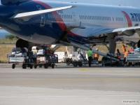 Родос. Погрузка багажа в самолет Boeing 757 (VP-BLT) компании Azur Air