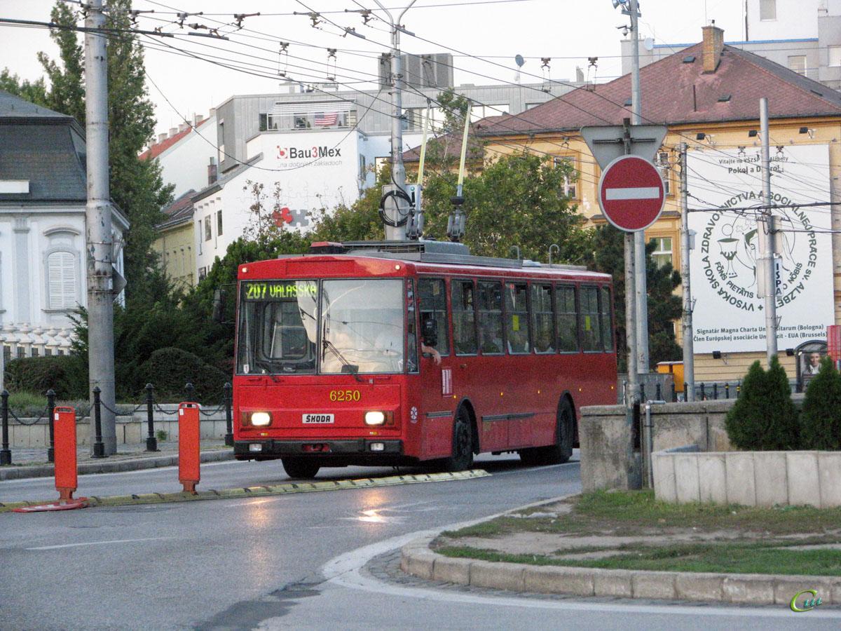 Братислава. Škoda 14Tr08/6 №6250