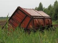 Великий Новгород. Опрокинутый торфовозный вагон