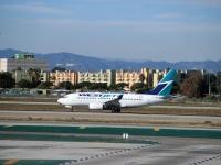 Лос-Анджелес. Самолет Boeing 737 (C-FIWS) авиакомпании WestJet