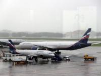 Москва. Самолеты Airbus A320 (VP-BET) Андрей Вознесенский и Boeing 777 (VQ-BQD) Антон Чехов авиакомпании Аэрофлот (Aeroflot)