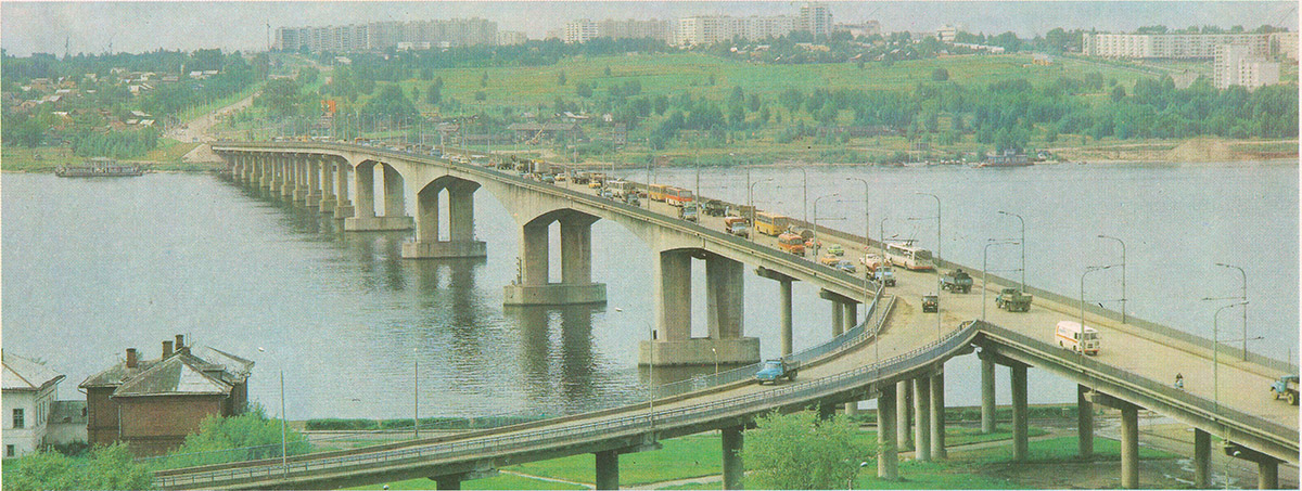Кострома. Общественный транспорт на мосту через Волгу