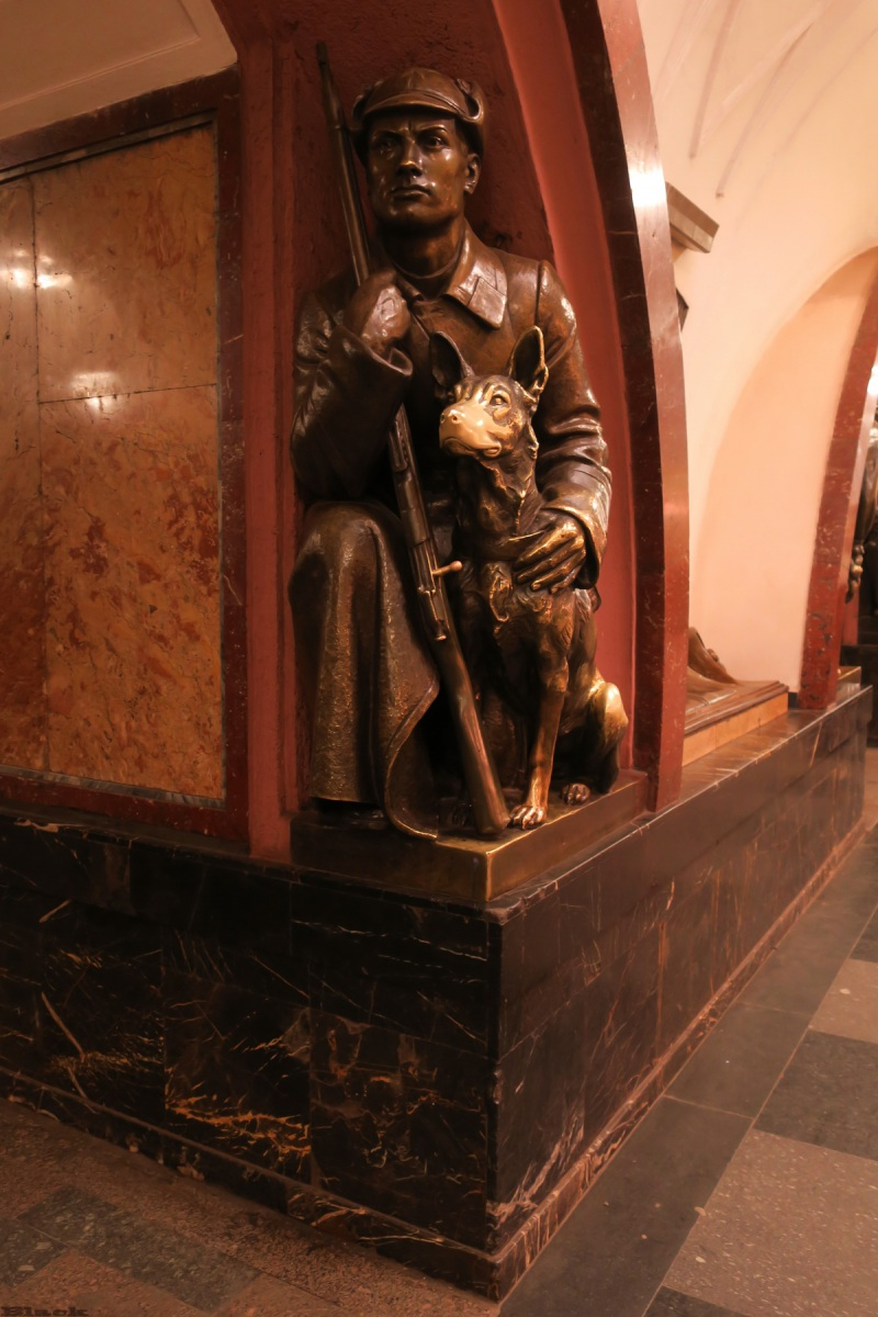 Москва. Скульптура Пограничник с собакой