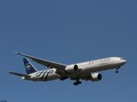 Москва. Самолет Boeing 777 (VQ-BQJ) авиакомпании Аэрофлот (ливрея в цветах альянса SKY TEAM) садится в аэропорту Шереметьево