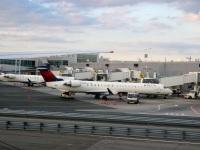 Нью-Йорк. Самолеты Bombardier CRJ-900 N906XJ и N607LR авиакомпании Endeavor Air (Delta Connection)
