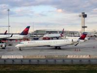 Нью-Йорк. Самолеты Bombardier CRJ-900 (N335PQ) авиакомпании Endeavor Air (Delta Connection), Bombardier CRJ-900 (N146PQ) авиакомпании ExpressJet (Delta Connection), Boeing 757 (N709TW) авиакомпании Delta Air Lines и другие