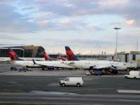 Нью-Йорк. Самолеты Airbus A319 (N355NB) и Boeing 737 (N878DN) авиакомпании Delta Air Lines