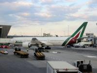 Нью-Йорк. Самолет Boeing 777 (EI-DBK) авиакомпании Alitalia