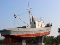 Владивосток. Рыбопромысловый сейнер-памятник МРС-80