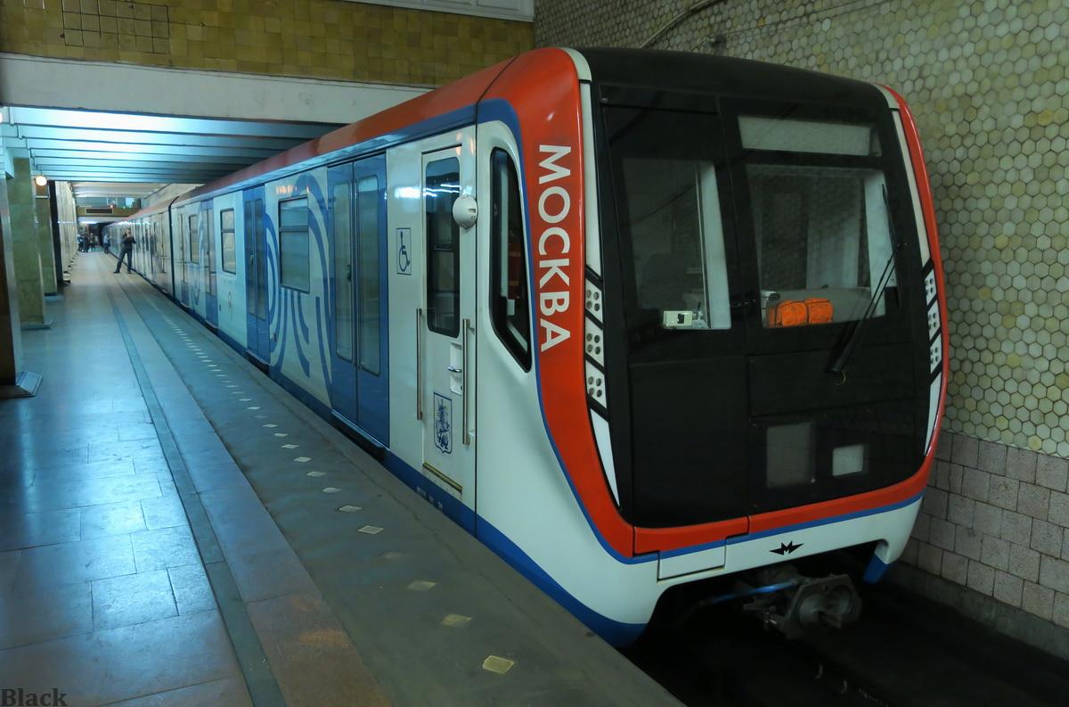 Москва. Электропоезд Москва на ночной расстановке