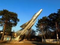 Калуга. Самолёт-памятник МиГ-21Ф возле проходной закрытого в 2010 году Калужского лётно-технического училища