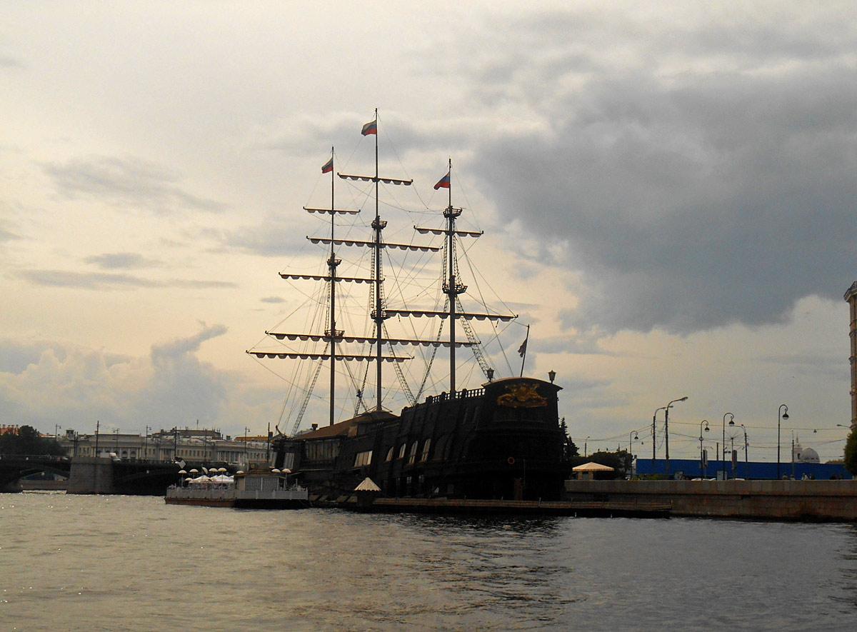 Санкт-Петербург. Корабль-ресторан Летучий Голландец