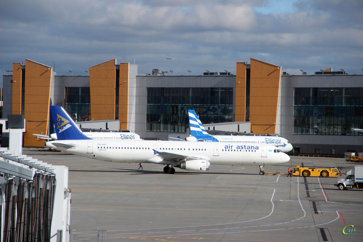 Москва. Самолет Airbus A321 (P4-NAS) авиакомпании Air Astana