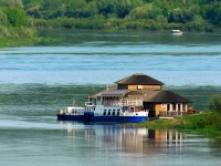 Калуга. Паром возле плавучего ресторана у правого берега реки, вдали виднеется лодка, выполняющая роль переправы с одного берега на другой