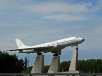 Москва. Самолёт-памятник Ту-104Б (бортовой номер 021905, был СССР-42507), стоящий возле аэропорта Внуково неподалёку от места крушения аналогичного авиалайнера Ту-104Б (СССР-42444) 17 марта 1979 года