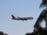Сан-Диего. Самолет Boeing 767 (N1402A) авиакомпании Delta Air Lines заходит на посадку в международный аэропорт Сан-Диего (SAN)