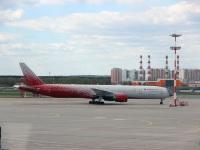 Москва. Самолет Boeing 777 (EI-UNP) авиакомпании Россия