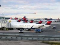 Нью-Йорк. Самолеты Bombardier CRJ-900 N306PQ, N200PQ, N341PQ авиакомпании Endeavor Air (Delta Connection) и другие