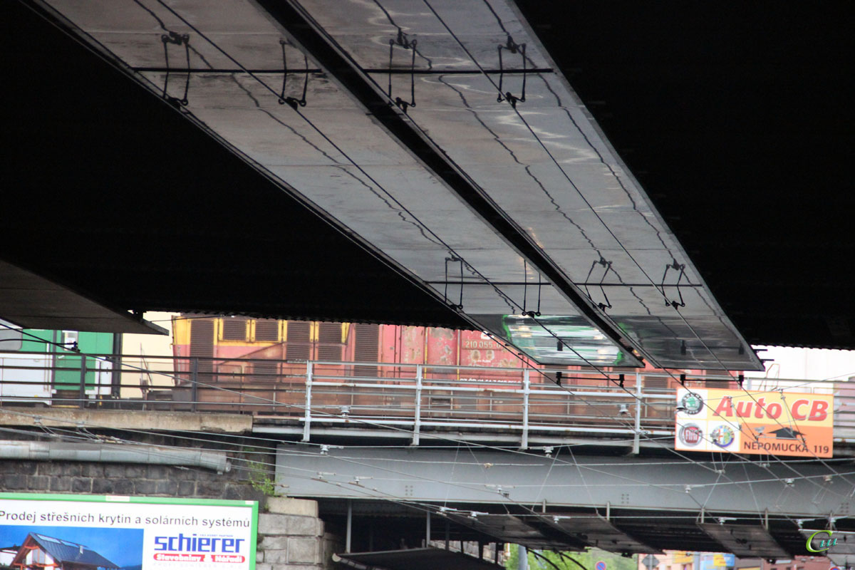 Пльзень. Контактная сеть под железнодорожным мостом