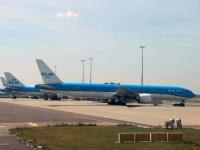 Амстердам. Самолеты Boeing 777 (PH-BVB), Boeing 747 (PH-BFT) и Boeing 777 (PH-BQH) авиакомпании KLM