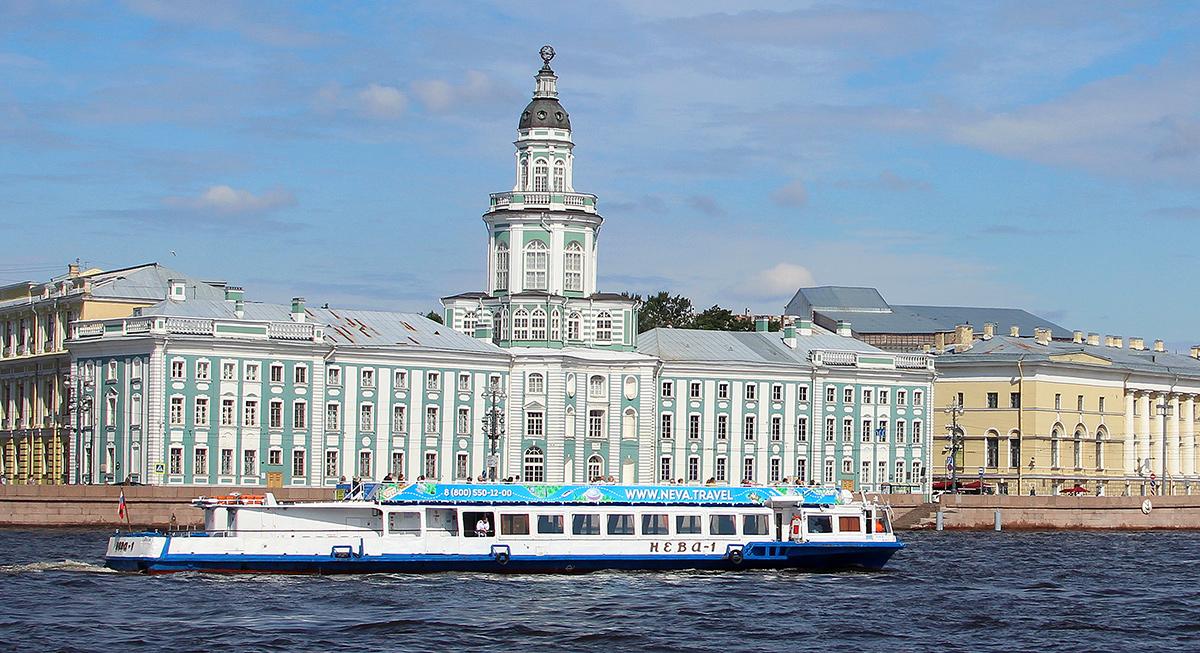 Санкт-Петербург. Теплоход Нева-1 на реке Нева