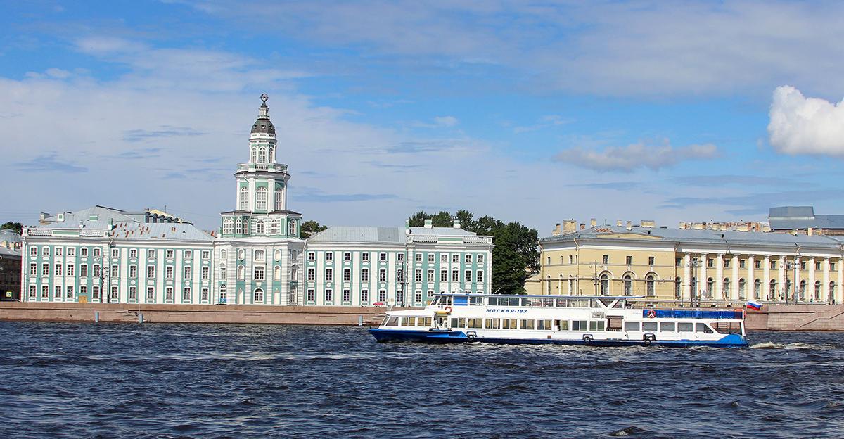 Санкт-Петербург. Теплоход Москва-183 на реке Нева