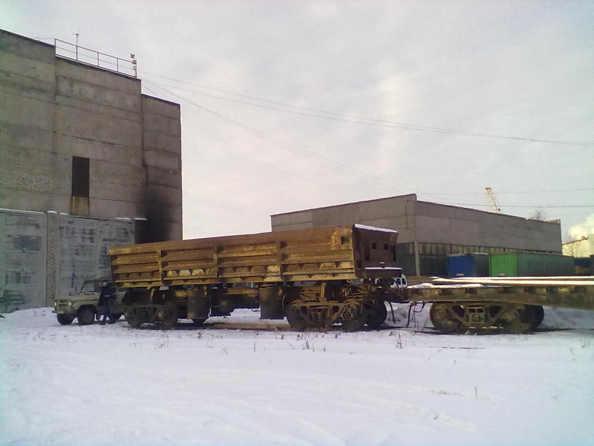 Челябинск. Четырёхосный вагон-думпкар с платформой в составе у ворот цеха