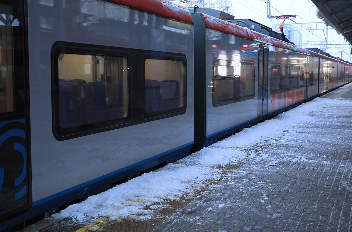 Подольск (Россия). Уважаемые пассажиры! При посадке в электропоезд будьте осторожны! Возможно падение снега с крыши навеса! Станция Подольск