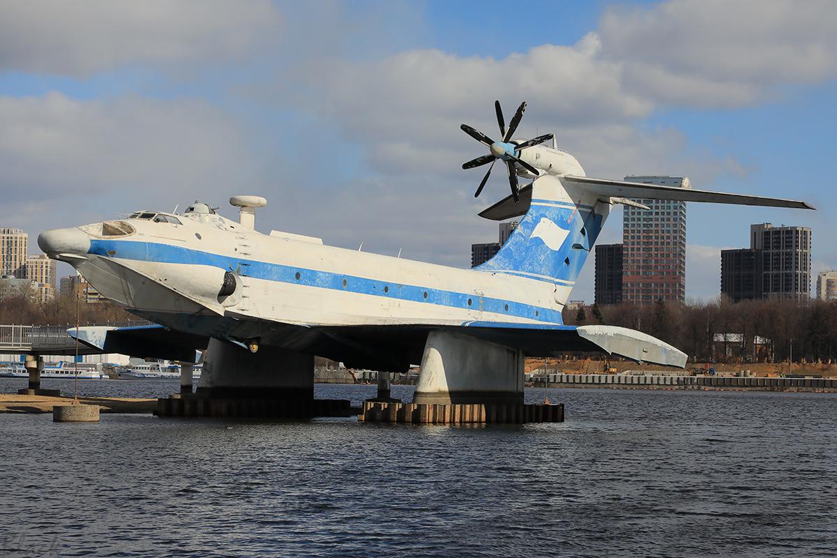 Москва. Транспортно-десантный экраноплан А-90 Орлёнок (проект 904) ДЭС-26, установленный в качестве памятника в музее ВМФ