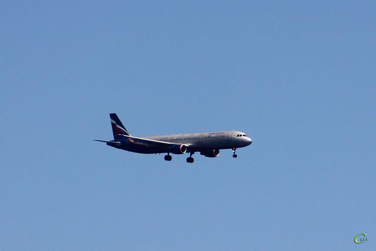 Ларнака. Самолет Airbus A321 (VP-BUM) авиакомпании Аэрофлот (Aeroflot) заходит на посадку в международный аэропорт Ларнака (LCA)