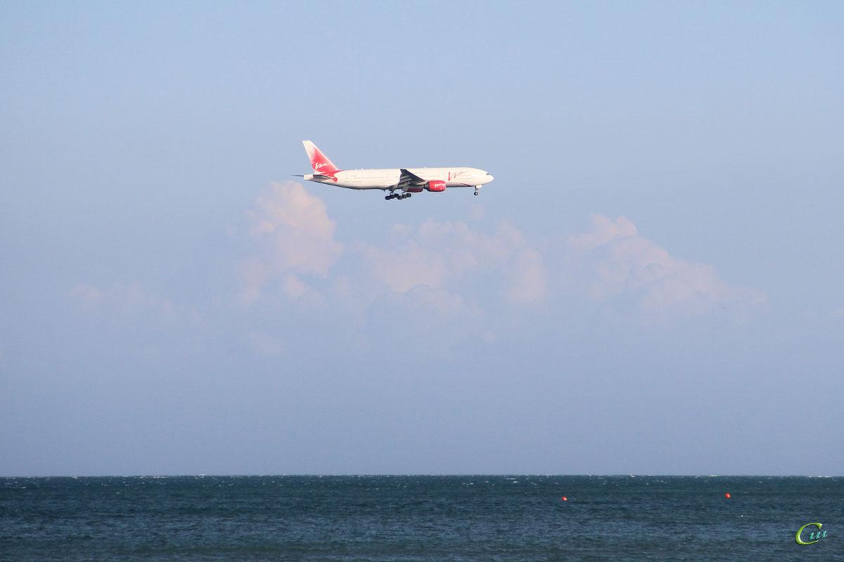 Ларнака. Самолет Boeing 777 (VP-BDX) авиакомпании ВИМ-Авиа (VIM Airlines) заходит на посадку в международный аэропорт Ларнака (LCA)