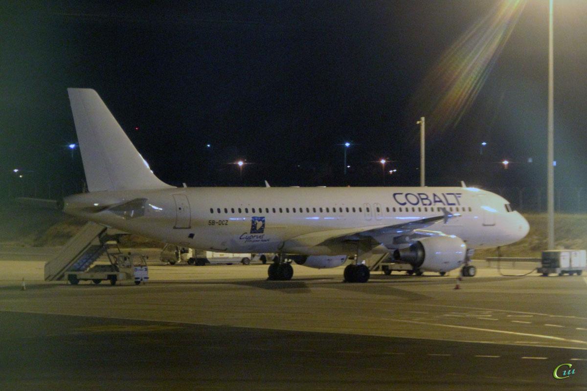 Ларнака. Самолет Airbus A320 (5B-DCZ) авиакомпании Cobalt Air