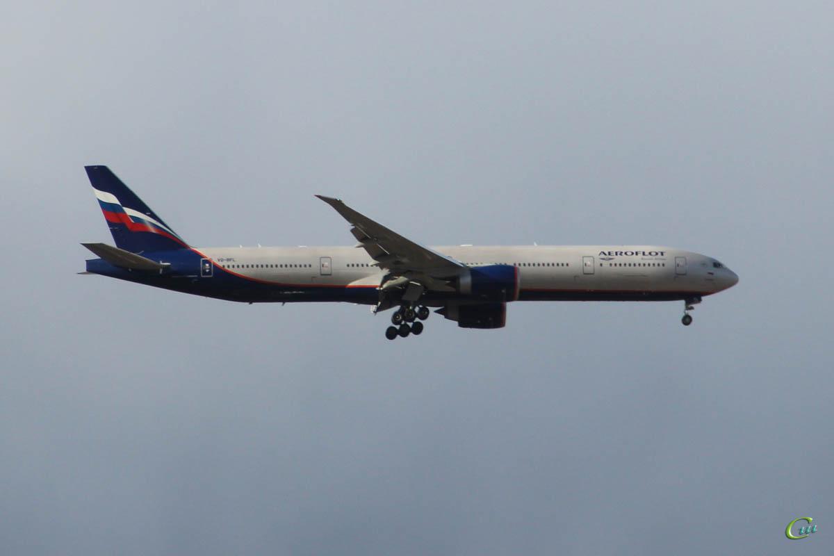 Москва. Самолет Boeing 777 (VQ-BFL) Константин Бальмонт авиакомпании Аэрофлот (Aeroflot) заходит на посадку в международный аэропорт Шереметьево (SVO)